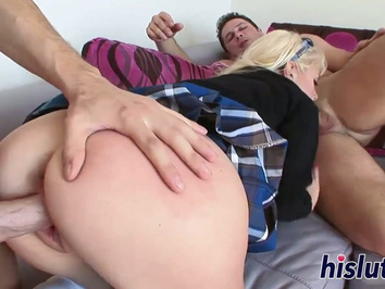 Возбужденные мужики жарят девку в очко и рот толстыми членами