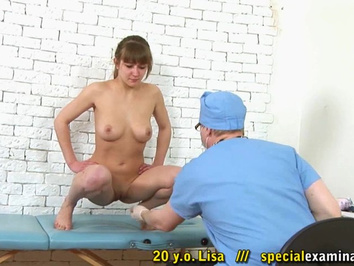 Озабоченный гинеколог проводит осмотр голой девушки студентки с бритой писей
