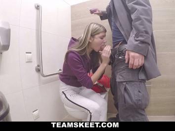 Девушка занимается сексом за деньги с незнакомцем в туалете