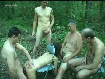 Русские мужики с шлюхой играют в лесу на раздевание и трахают её толпой в пизду