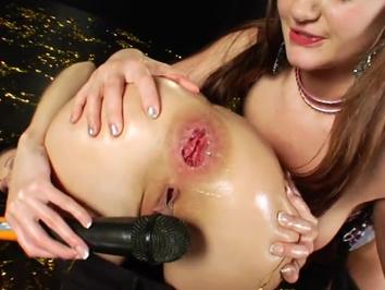 Большие сочные сиськи будут будоражить ваше воображение в этом порно видео. Развратная сучка шикарно даст отодрать мужику свою мокрую пизду. Ей нравится, когда ебарь жестко раздвигает ее пизду, наслаждаясь ее влажностью, а после этого проталкивает свой бо